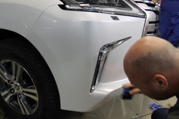 Оклейка переднего бампера пленкой на Lexus LX
